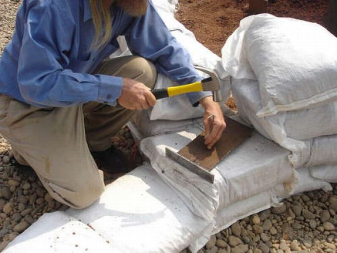 Домик из мешков с землей или глиносодержащим грунтом